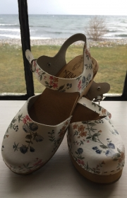 Sandaler med blommor